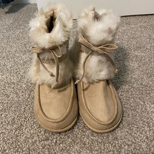 NWOT- Dr. Scholl's cream faux fur booties size 8